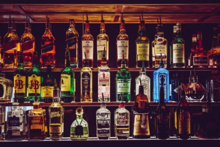 Grozījumi Alkoholisko dzērienu aprites likumā stingrāk regulē alkoholisko dzērienu tirdzniecību interneta veikalos