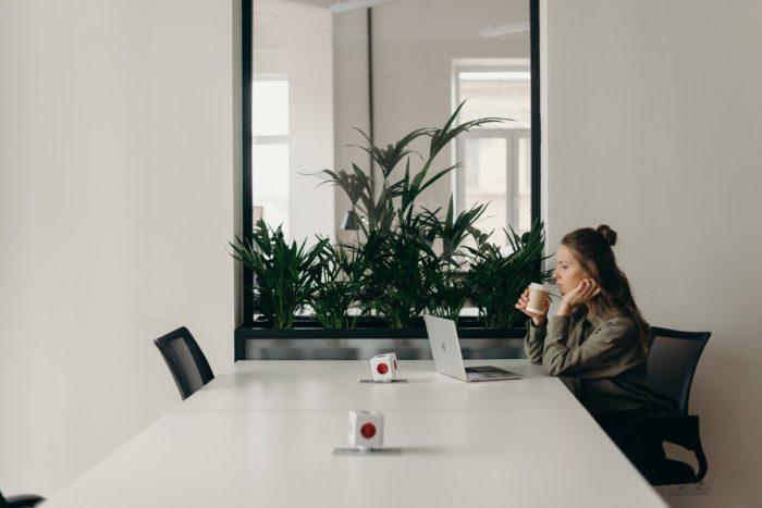 Uz noteiktu laiku pieņemts darbinieks: vai drīkst atlaist slimošanas laikā?