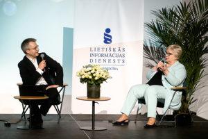 Edijs Bošs, konferences moderators un Maija Grebenko, žurnāla Bilance galvenā redaktore