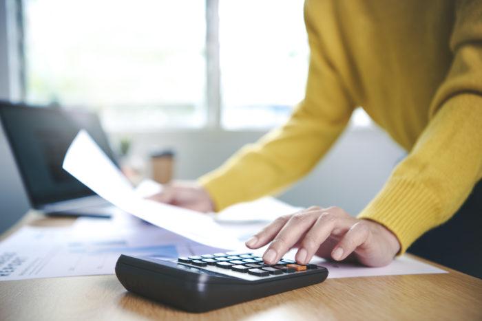 Kā pareizi iegrāmato kļūdaini izmaksātu algu?