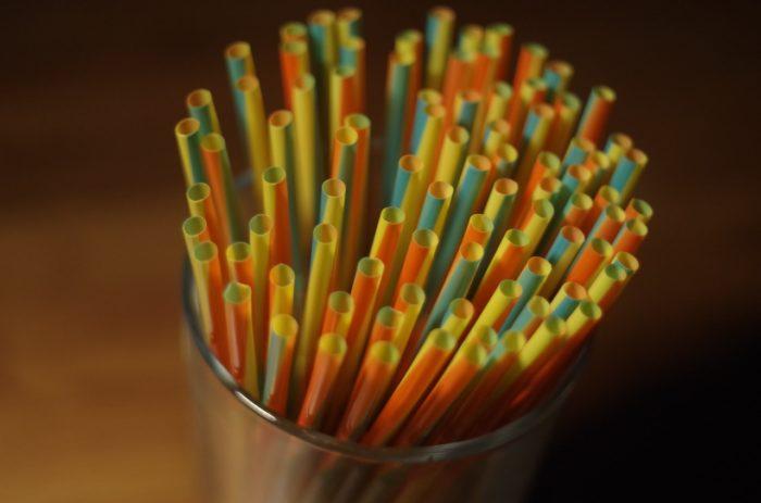 Par vienreizlietojamo plastmasu saturošupreču ievešanu un izplatīšanu var draudēt bargs sods